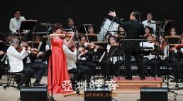 """.""""音符传递情谊,让沟通无国界""""  ——专访香港弦乐团创始人姚珏."""