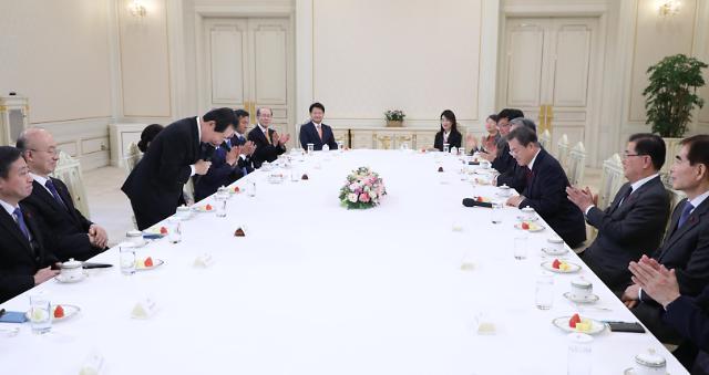 新任国务总理丁世均与文在寅总统座谈