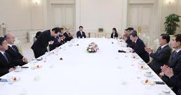 .新任国务总理丁世均与文在寅总统座谈.