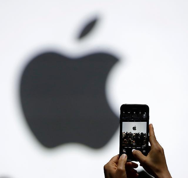 미 법무부 VS 애플… 총기난사범 아이폰 잠금해제 두고 설전