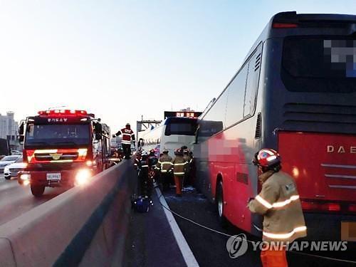 경부고속도로, 신갈IC서 버스 5중 추돌 사고...교통상황 혼잡