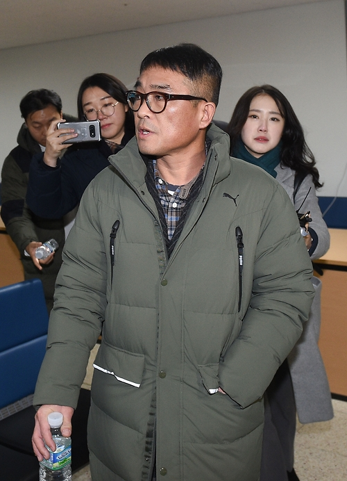 포토라인 피해 경찰서 출석하는 김건모