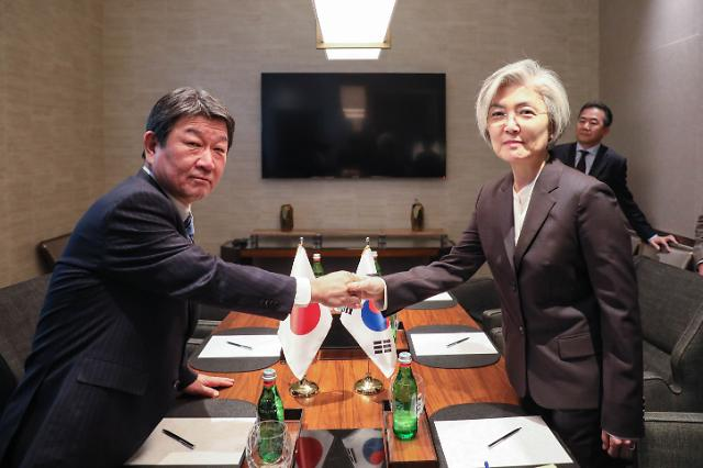 강경화·모테기, 美서 수출규제 철회·강제징용 해법 등 논의