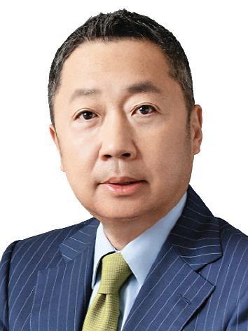 두산 박정원 회장, 신입사원과 셀카 세리머니로 새해 출발