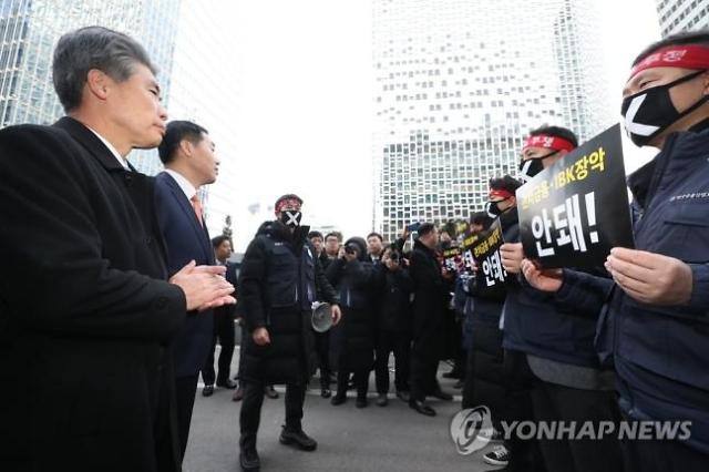 또 출근 무산…윤종원 기업은행장 많이 안타깝다