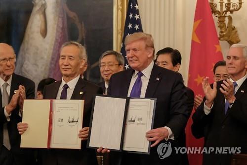 """트럼프 """"믿을 수 없는 무역합의로 농민들 횡재""""...한국도 언급"""