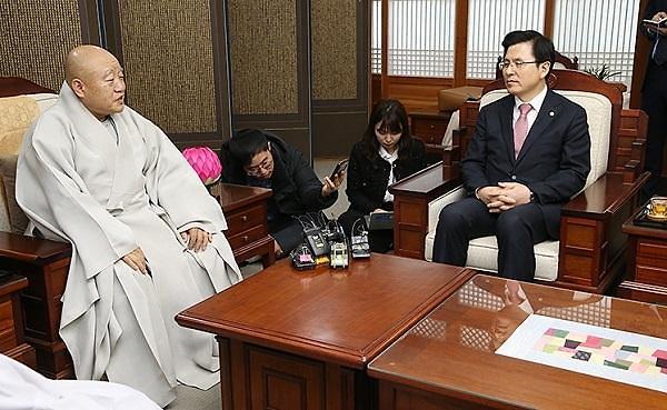 韩在野党代表过节给寺庙送肉脯引争议 网友:你咋不再送把梳子?