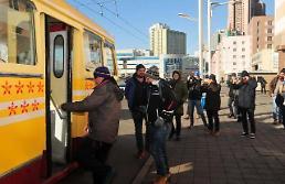 .外国游客坐无轨电车游平壤.