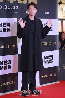 [포토] 정지훈, '훈훈한 손 인사' (남산의 부장들 VIP시사회)