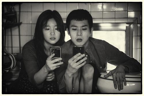 韩片《寄生虫》黑白版下月在韩上映