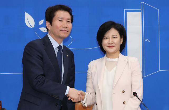 [포토] 이인영 원내대표와 악수하는 이수진 전 부장판사
