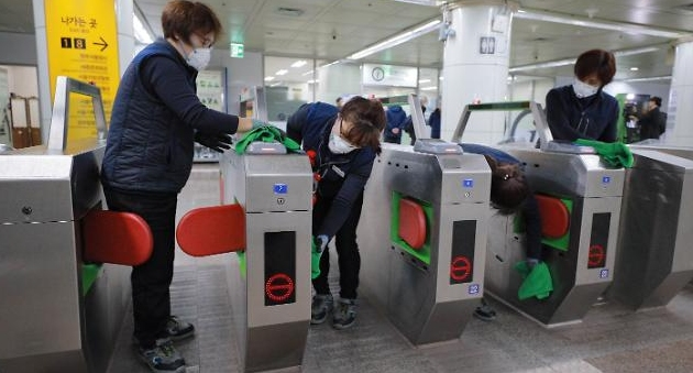 [슬라이드 화보] 서울교통공사, 지하철 신종 코로나바이러스 방역작업 진행