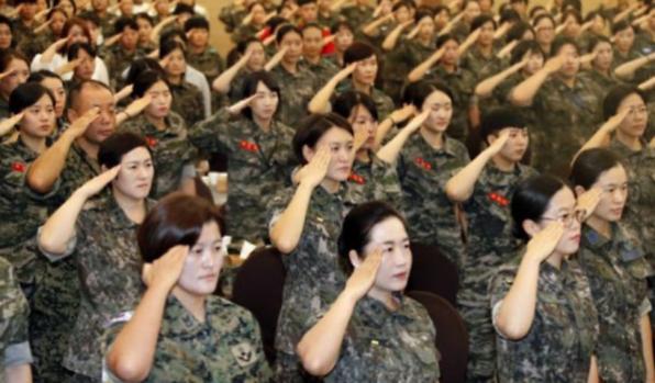 국방부 목표 초과달성... 여군 인력 1만3000명 넘본다