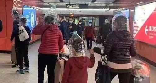 [포토] 마스크 품귀현상에 생수병 뒤집어 쓴 중국시민들