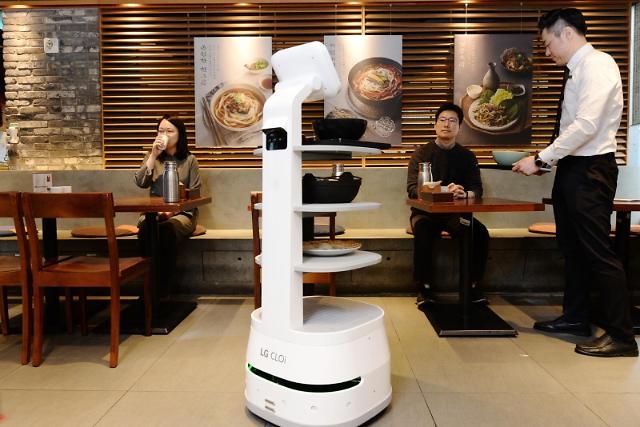 음식 서빙도 로봇이 척척…LG 클로이 서브봇, CJ 제일제면소에 도입