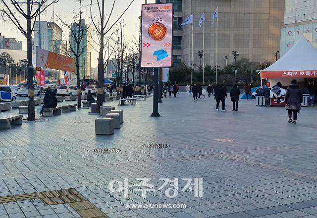 """[코로나19 회복길] 앞이 캄캄한 동대문 """"매출 90% 떨어져…정부 지원 실효성 제로"""""""