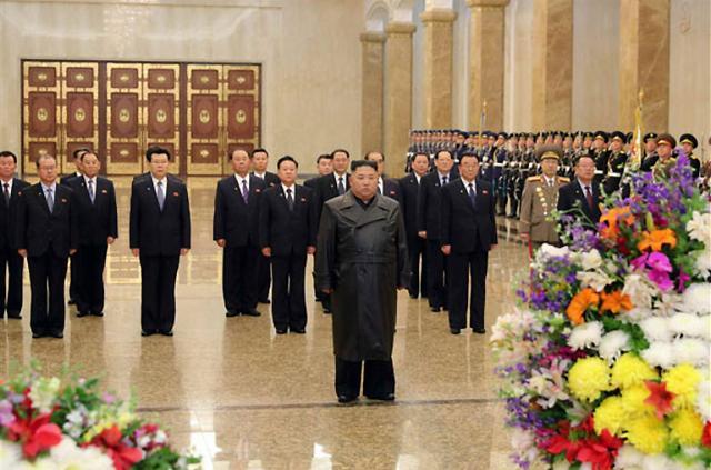 잠행 끝낸 北김정은, 김정일 생일 금수산 참배…22일 만