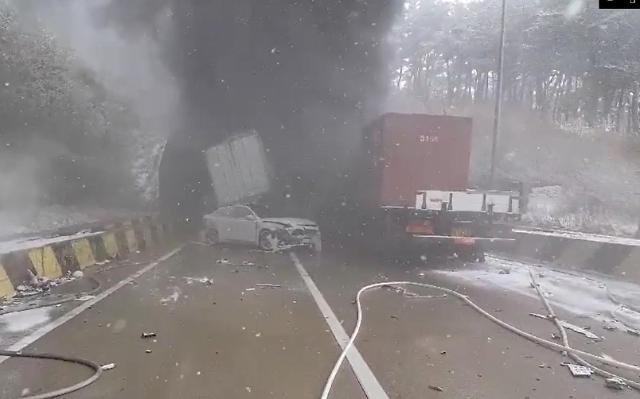 韩一处高速公路发生严重交通事故 有毒气体泄露1人死亡
