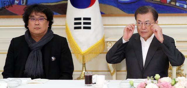"""文대통령, 봉준호에 """"아내가 팬""""…봉 감독 """"대장정 마무리 영광"""""""