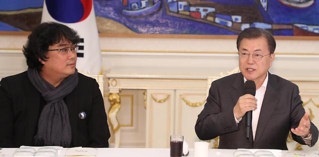 文在寅宴请奉俊昊等人 表态扩大支持韩国电影发展