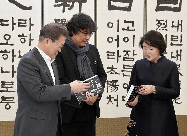 """봉준호 감독 만난 文 대통령 """"영화산업 확실히 지원…간섭은 절대 안 해""""(종합)"""