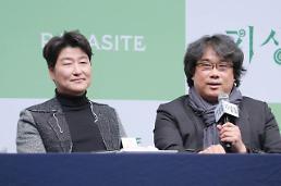 .文在寅今日在青瓦台会见奉俊昊导演.