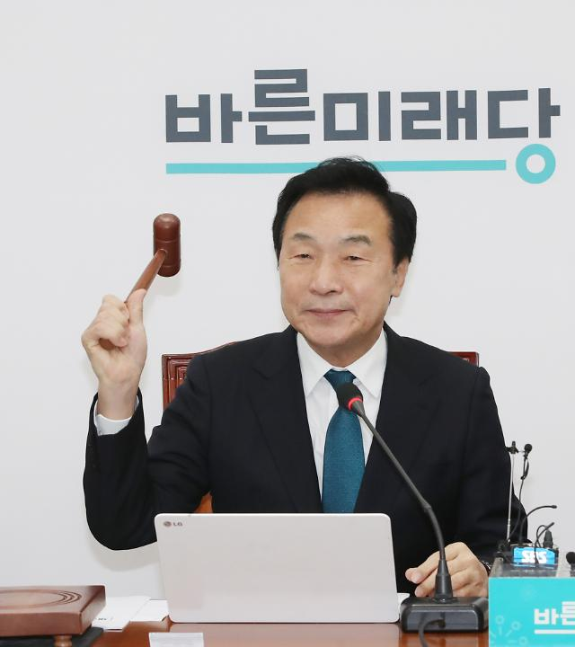 """손학규 """"'셀프제명' 거대양당 편입 의도...부끄러운 일"""""""