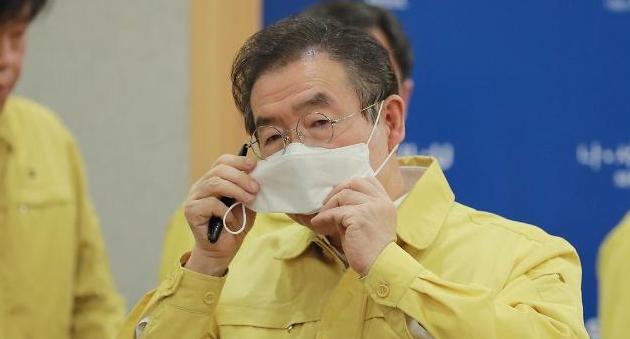 [포토] 마스크 쓰는 박원순 서울시장