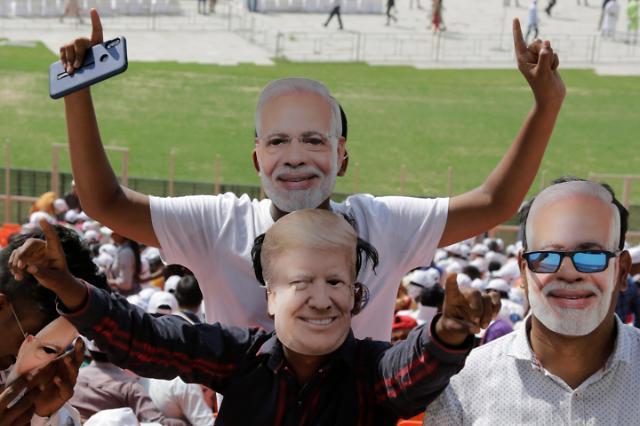 """[오늘의 세계사진] """"나마스떼 트럼프"""" 1000만 인파 기대하며 인도 향하는 트럼프"""