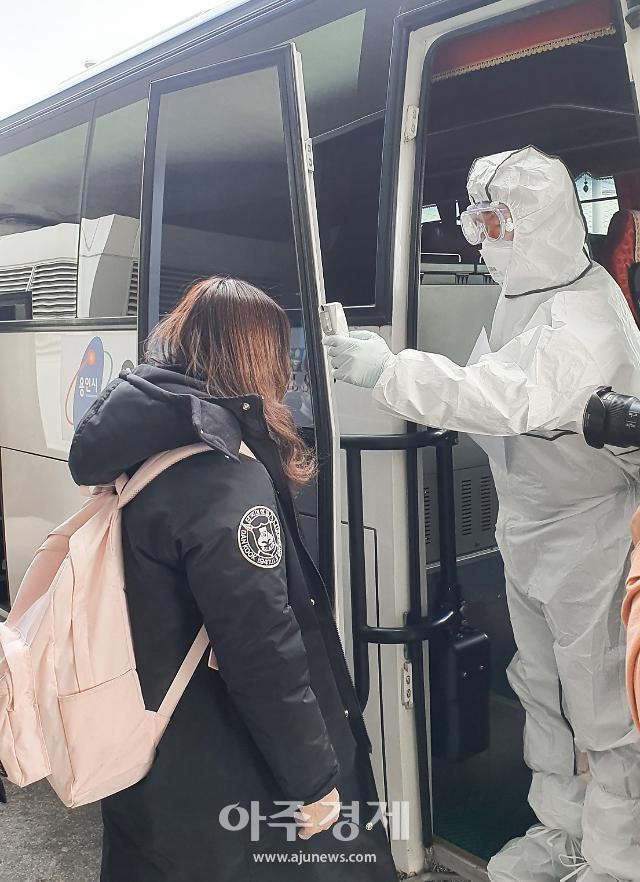 [포토] 용인시 제공한 버스 타는 단국대 중국인 유학생들