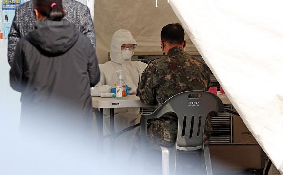 [코로나19] 군, 확진자 13명... 가파른 증가세에 정경두 국방 훈련 조정