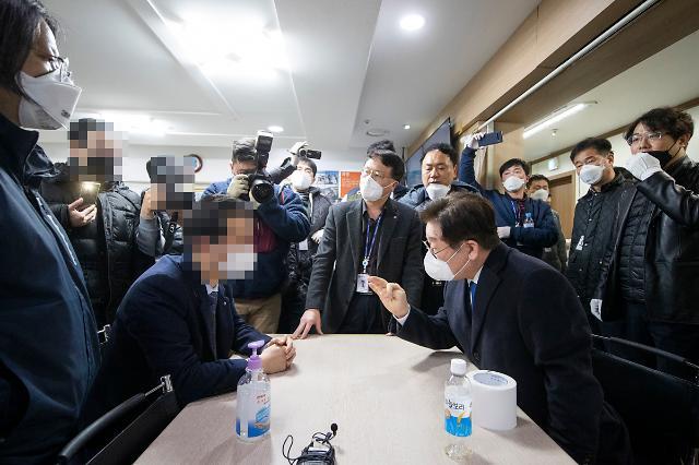 [포토] 과천 신천지시설 역학조사 지휘하는 이재명 지사