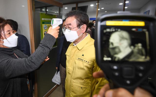 [포토] 발열 체크하는 박원순 서울시장