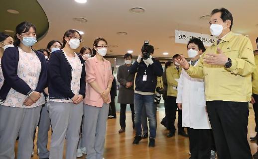 韩国总理看望抗疫一线医务人员