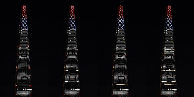 [포토] 롯데월드타워, 코로나19 극복 위한 응원의 불빛