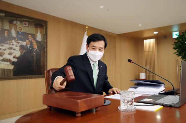 [포토] 마스크 쓰고 의사봉 두드리는 이주열 한국은행 총재