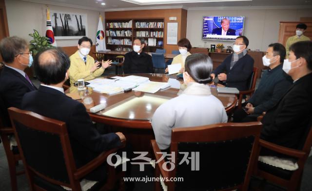 김경수 경남도지사, 코로나19에 종단 지도자 초청…집회·예배 자제