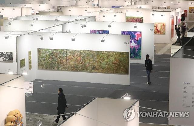 지난 2월 20일 서울 강남구 삼성동 코엑스에서 열린 '2020 화랑미술제'를찾은 시민들이 작품을 관람하고 있다. [사진=연합뉴스 제공]