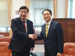 .中国决定向韩国提供110万只口罩等医用物资援助.