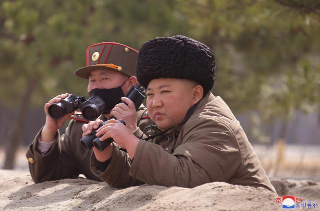朝军进行火力打击训练 金正恩亲临前线指挥