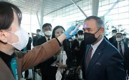 [Coronavirus] U.S. envoy checks virus screening procedure at S. Koreas gateway