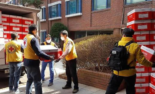 韩国红十字会向轻症患者发放生活用品