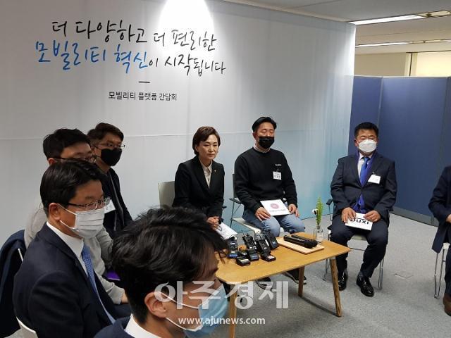 """김현미 """"초기 스타트업에 기여금 감면…택시도 규제 개선"""""""