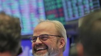 Dow Jones tăng trở lại 5,20% ... 'chúc mừng' cho kế hoạch kích thích 1 nghìn tỷ USD