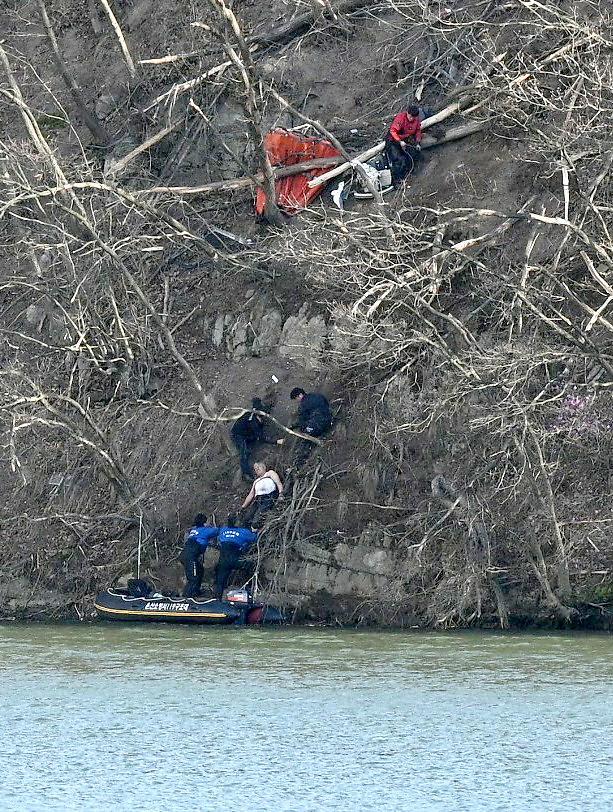 [포토] 헬기 추락사고 생존자 구조