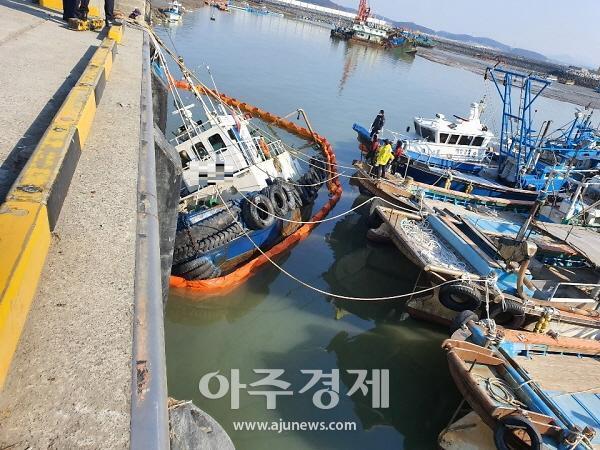 보령해경, 서천군 마량항 예인선 침수..해양오염 방제작업 실시(1보)