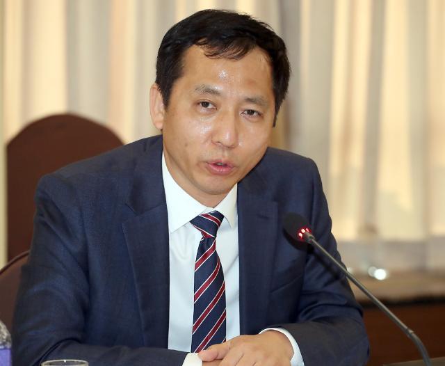 """靑 경제보좌관 """"코로나19 도산 막는 전례없는 대책 과감히 결정한다"""""""