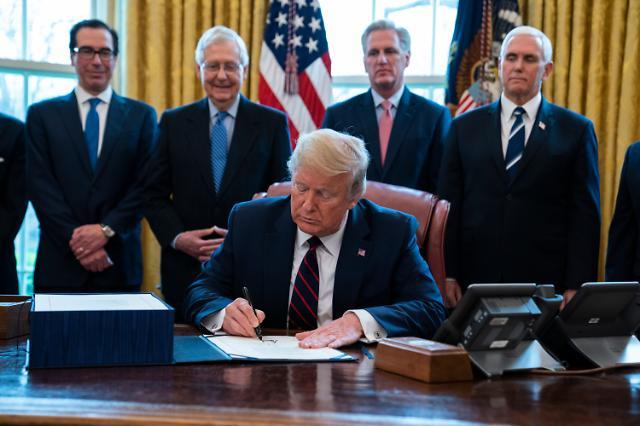 [포토] 코로나19 경기부양법 서명하는 트럼프 대통령