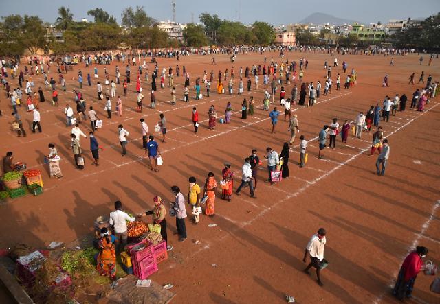 인도 뉴델리서 수십만명 대탈출 아수라장…확진자 하루 1천명