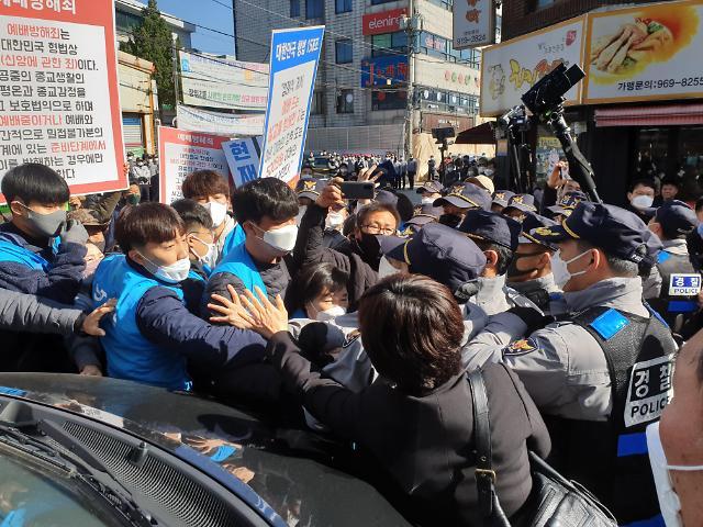 韩一教会坚持礼拜和警方发生肢体冲突